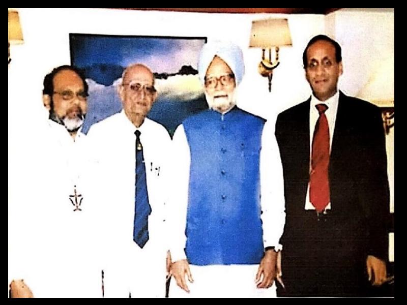 Dr. Suresh Kumar Agarwal greeting Shri Manmohan Singh, Hon'ble Prime Minister of India