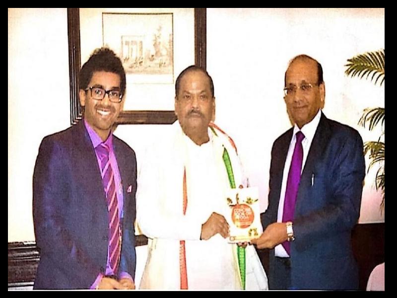 Dr. Suresh Kumar Agarwal and Chandan Agarwal greeting Shri Raghubar Das, Hon'ble Chief Minister of Jharkhand
